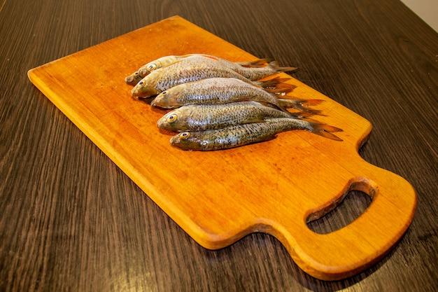 보드에 껍질을 벗긴 생선입니다. 선택적 초점입니다.