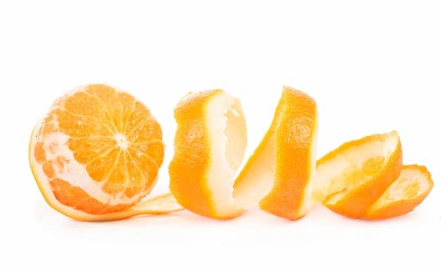 Очищенные фрукты апельсин очищенной кожи, изолированные на белом фоне