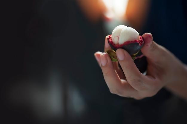 手で皮をむいたマンゴスチン