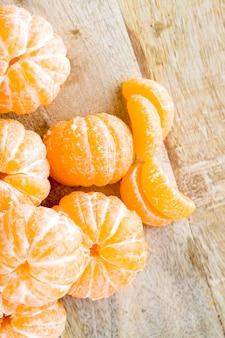 껍질을 벗긴 오렌지 육즙 귤