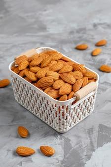 Очищенные органические миндальные орехи.
