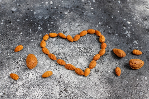 皮をむいた有機アーモンドナッツ。