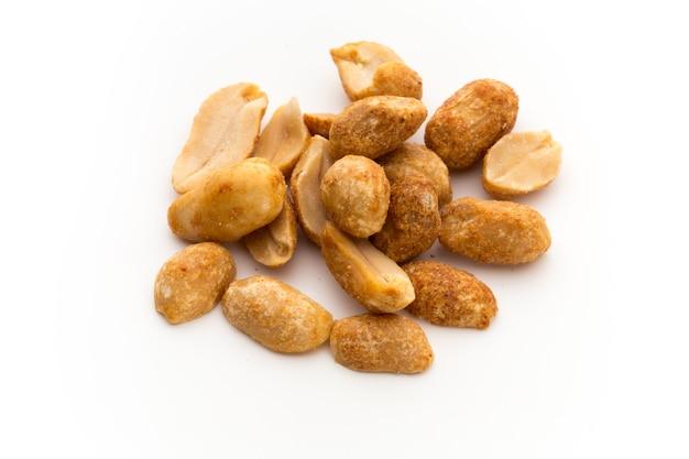 Очищенный арахис на изолированном фоне.