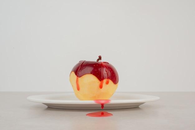 白い皿に赤いリンゴの皮をむいた。
