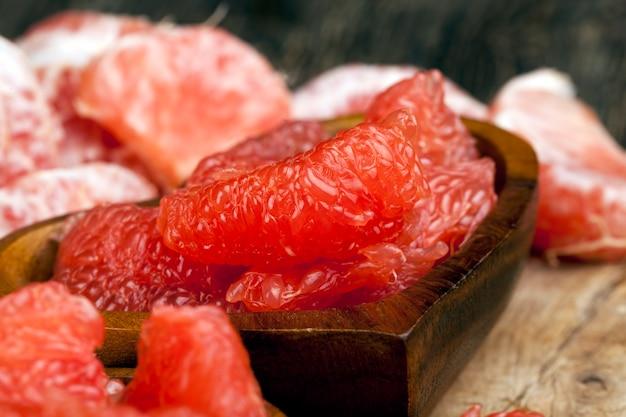 Очищенный красный грейпфрут, разделенный на дольки