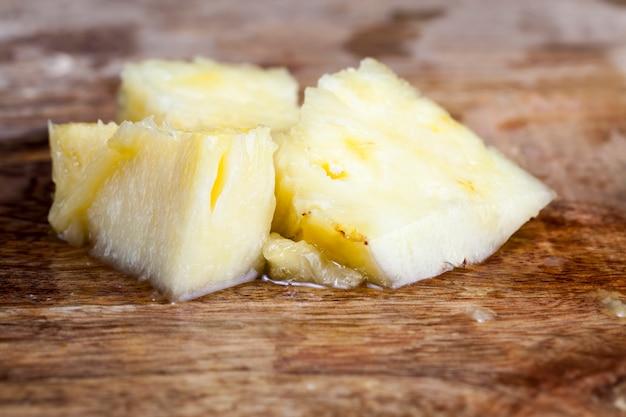 皮をむいた熟した甘酸っぱいパイナップル