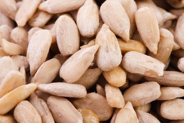 Очищенные семена подсолнечника, крупный план. вегетарианская еда