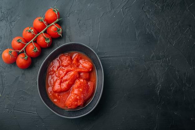 블랙에 껍질을 벗긴 토마토