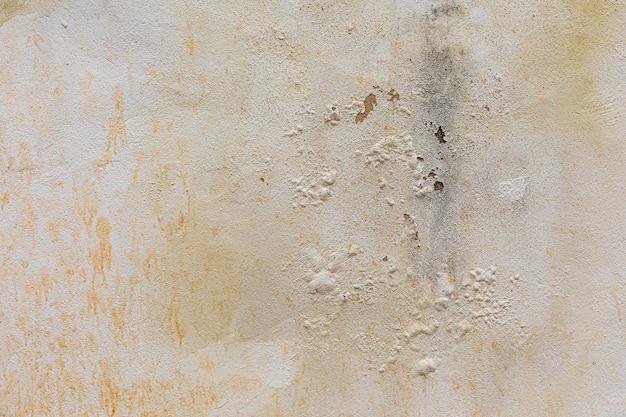 Очищенная стена, кирпич, фактура стены, можно использовать как фон. текстура кирпича с царапинами и трещинами.