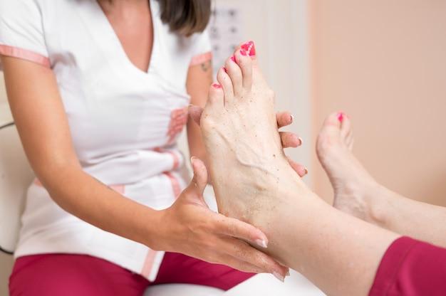 Пилинг-педикюр для ног в косметическом салоне
