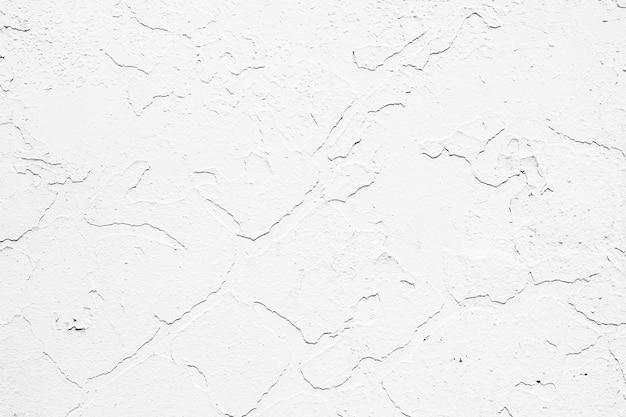 벽에 오래 된 흰색 페인트를 필 링.