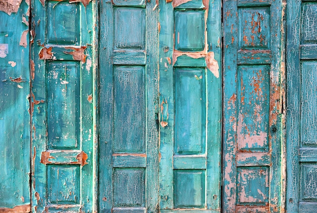 Пилинг краски на фоне деревянных дверей