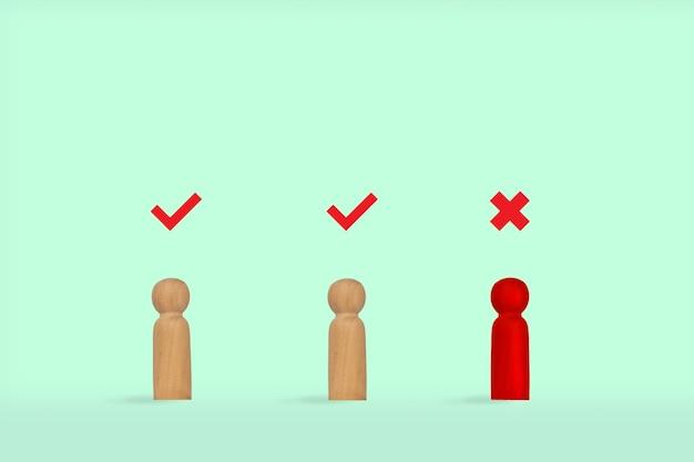 チェックマーク付きのペグマン木製モデル。コピースペースのある薄緑色の背景。選択の概念。