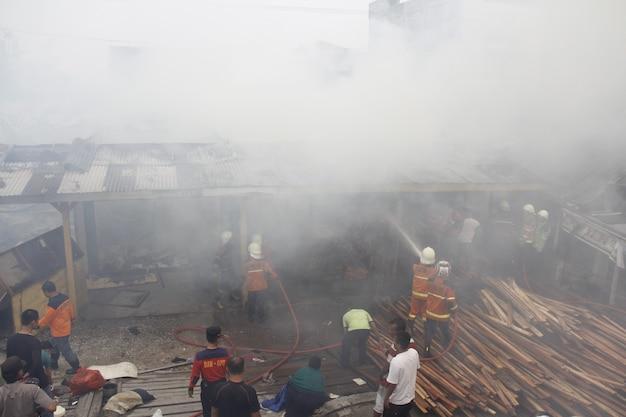 ペカンバルインドネシア2015年8月1日消防士はコミュニティを巻き込む火を消そうとします