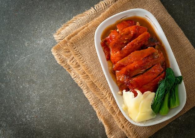Утка по-пекински или жареная утка в красном соусе барбекю - стиль китайской кухни