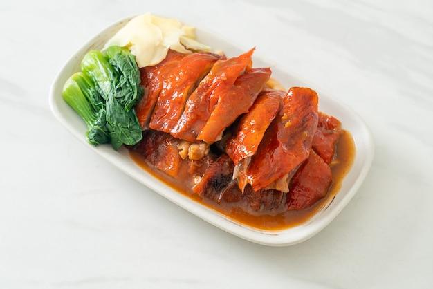바베큐 레드 소스의 북경 오리 또는 구운 오리 - 중국 음식 스타일