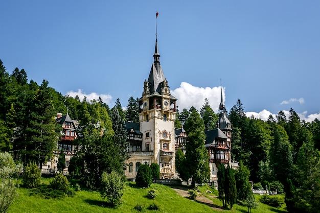 루마니아, 유럽의 peles 성. 푸른 하늘, 푸른 잔디, 여름 시간.
