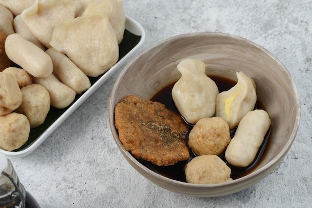 Pempekisは、魚で作られた、典型的にはパレンバン産のおいしいインドネシアのフィッシュケーキの珍味です。