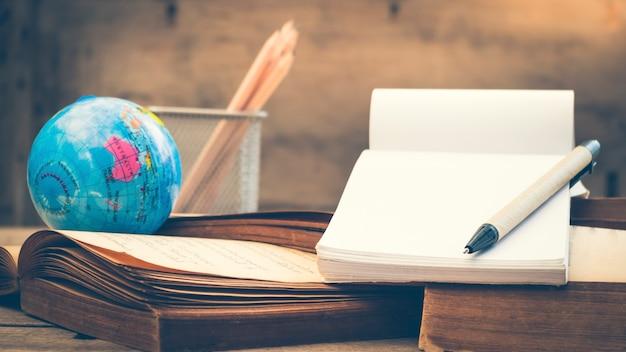 오래 된 책 스택, 분할 토닝 효과에 펜과 빈 노트북