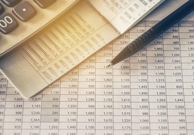 회계 보고서 비즈니스 및 재무 개념에 대한 펜 및 계산기