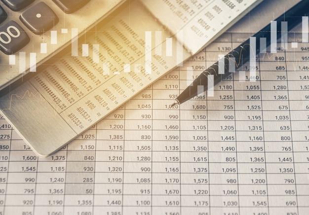 Ручка и калькулятор на бухгалтерском отчете с торговым графиком бизнес и финансовая концепция