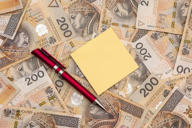 폴란드 통화에 펜과 빈 메모장입니다. 비즈니스 개념