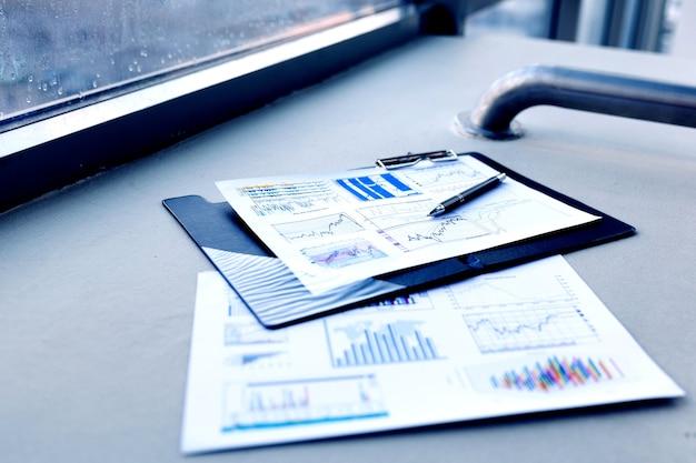 オフィスのデスクトップ上のペンと財務書類