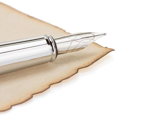 白で隔離のペンと古い羊皮紙
