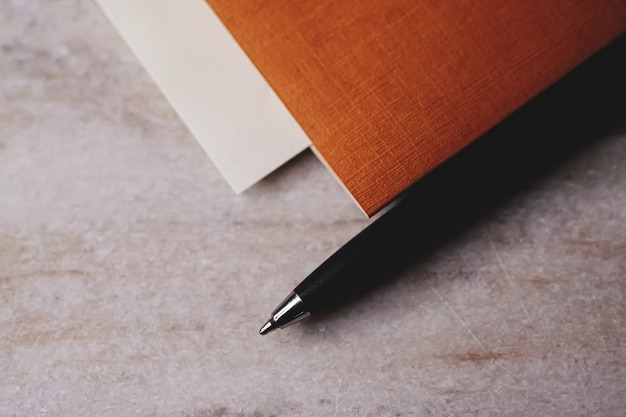 Ручка и документы как канцелярские принадлежности, крупным планом