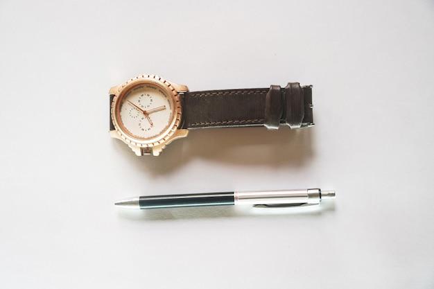 펜을 쓰고 글을 쓸 시간을 지켜보세요.
