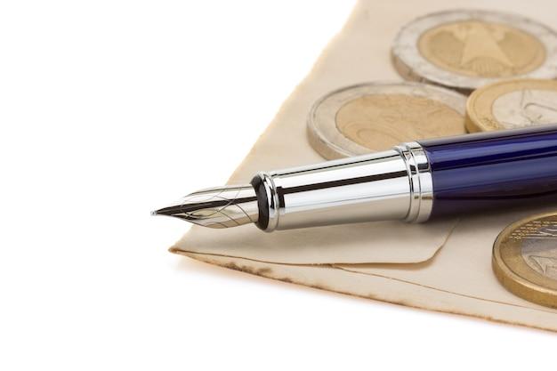 白い背景で隔離の古い紙のペン