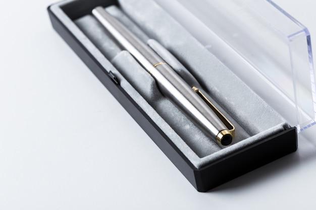 Ручка в коробке на белом фоне