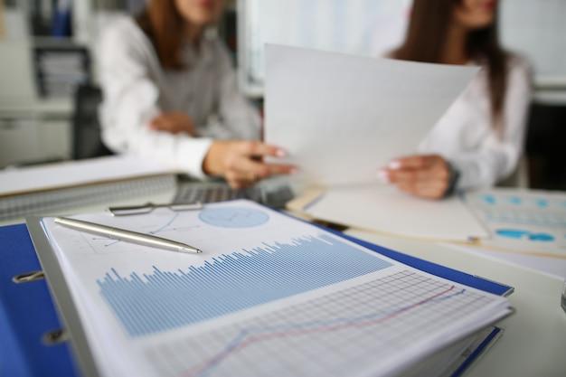 블루 재무 통계 분석 차트에 펜 거짓말