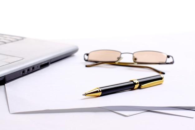 Ручка, лежащая на блокноте в офисе