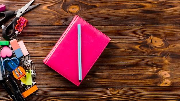 Penna e taccuino vicino alla cartoleria