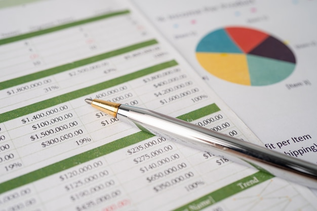Перо на диаграмме или миллиметровой бумаге. финансовые, учетные записи, статистика и концепция бизнес-данных.