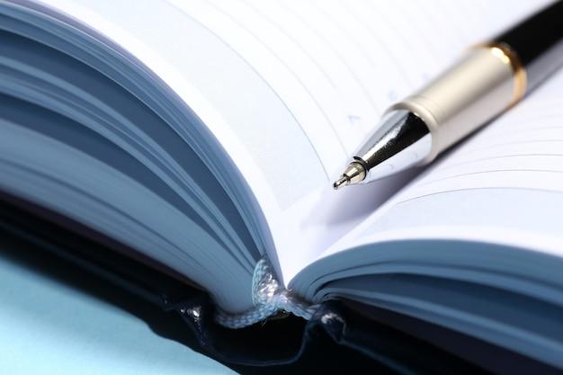 Ручка на открытой книге, крупным планом
