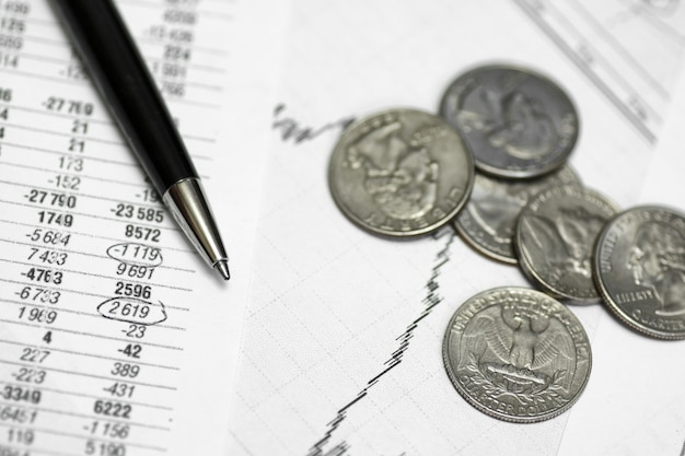 가격 시세와 변화와 동전의 역학 차트가 있는 종이에 펜