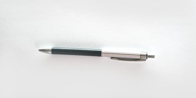 Ручка на белом фоне