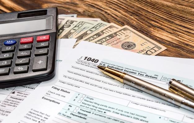 税務フォーム1040の計算機付きペン