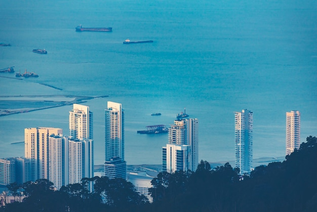 Город пенанг, вид из пенанг хилл, малайзия