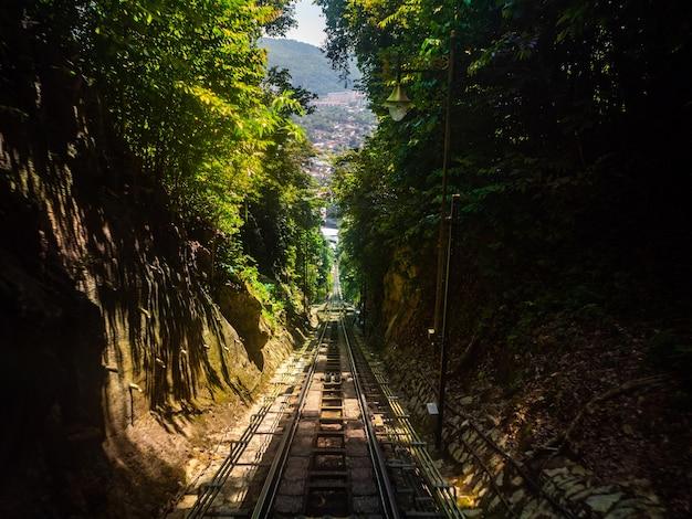 Железная дорога пенанг хилл, пассажир готовится к поездке на вершину горы в пенанге, малайзия