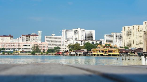 Пенанг - это малазийское государство, расположенное на северо-западном побережье полуострова малайзия.