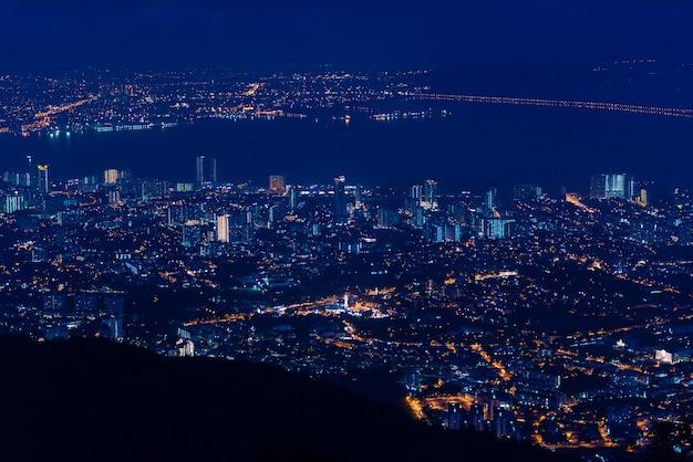 Пенанг-айленд и материковый пенанг из пенанг-хилл на рассвете с огнями города