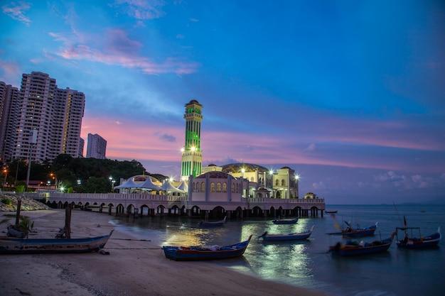 Пенанг, малайзия - 11,2015 -го июня: плавучая мечеть пенанга в районе джорджтауна для исламистов приходит уважать в пенанге, малайзия.