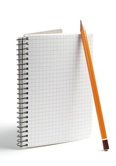 연필과 흰색 배경에 열린된 노트북