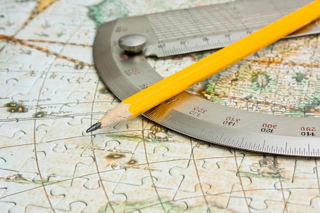 지도에 연필과 각도기