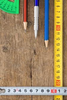 나무 질감에 연필과 줄 자