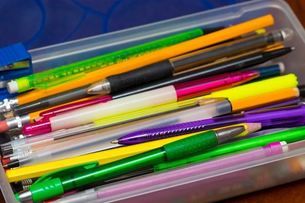 ペン、鉛筆、フェルトペン、オフィス、新学期の教育プロジェクトが入ったペンシルボックス。