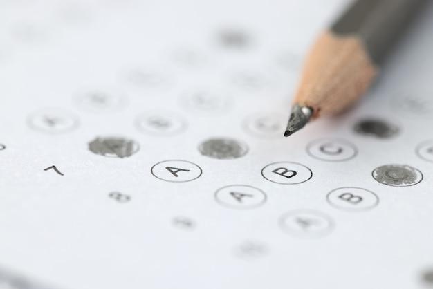 합격 한 시험 결과에 연필을 올려 놓습니다. 교육 기관 입학시 시험
